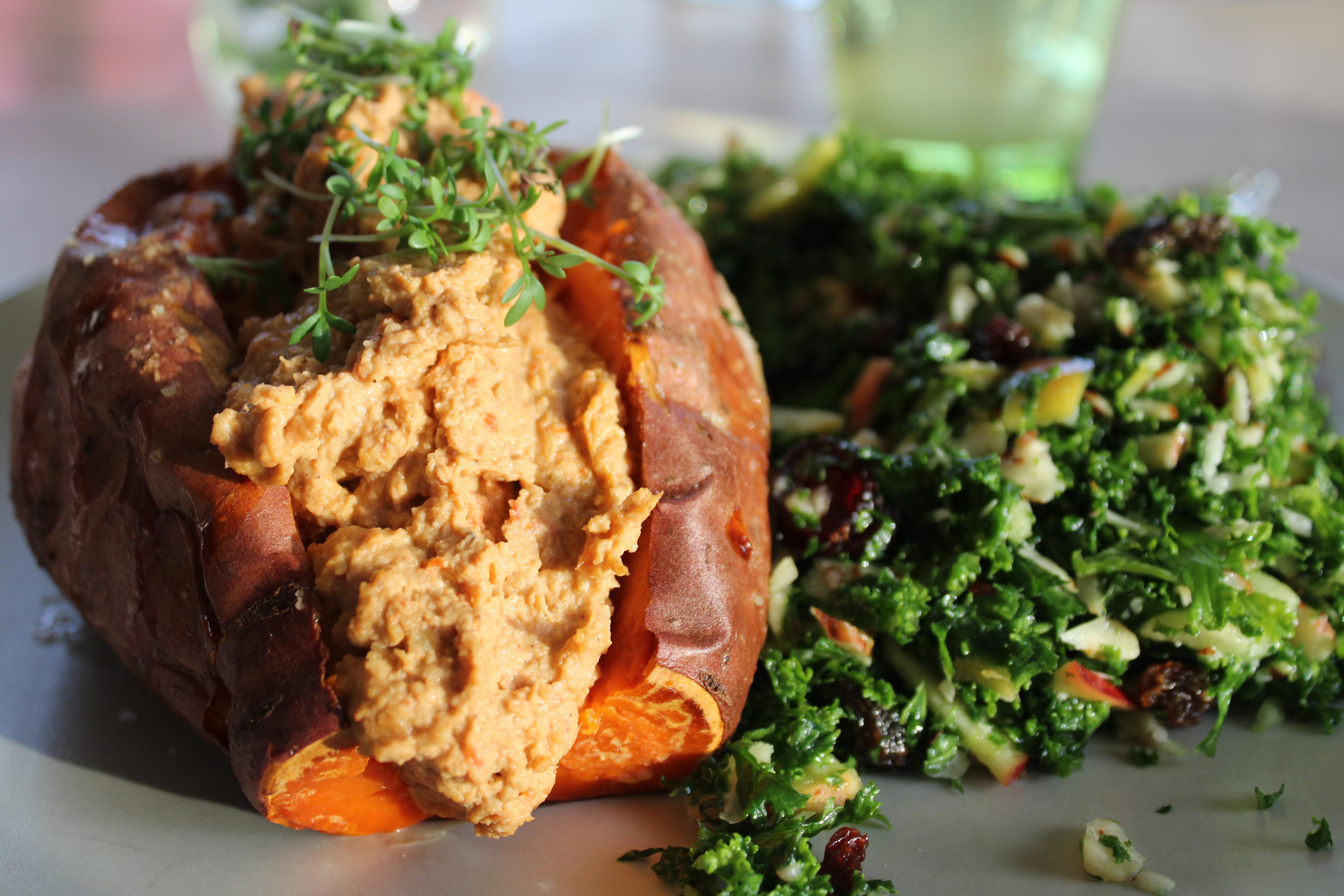 Bagt sød kartoffel med humus og grønkålssalat