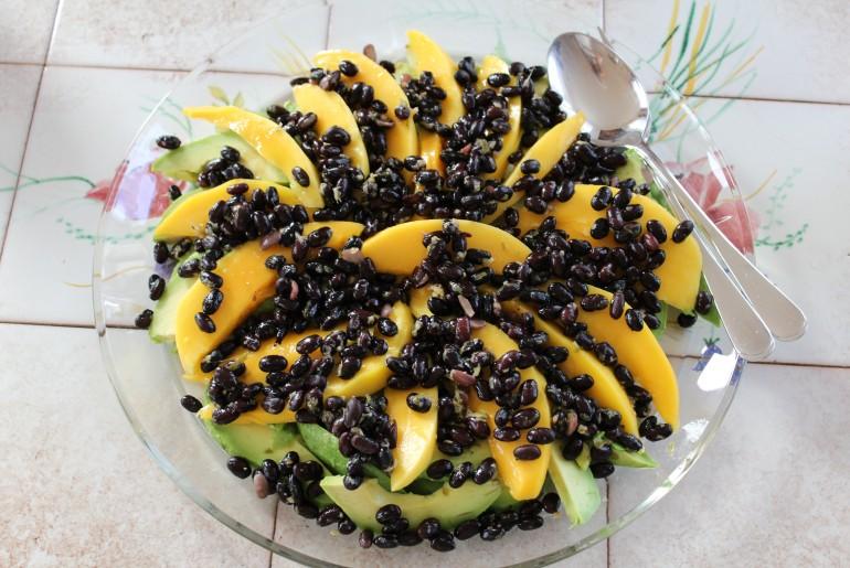 Avocado mangosalat med lime marinerede sorte bønner