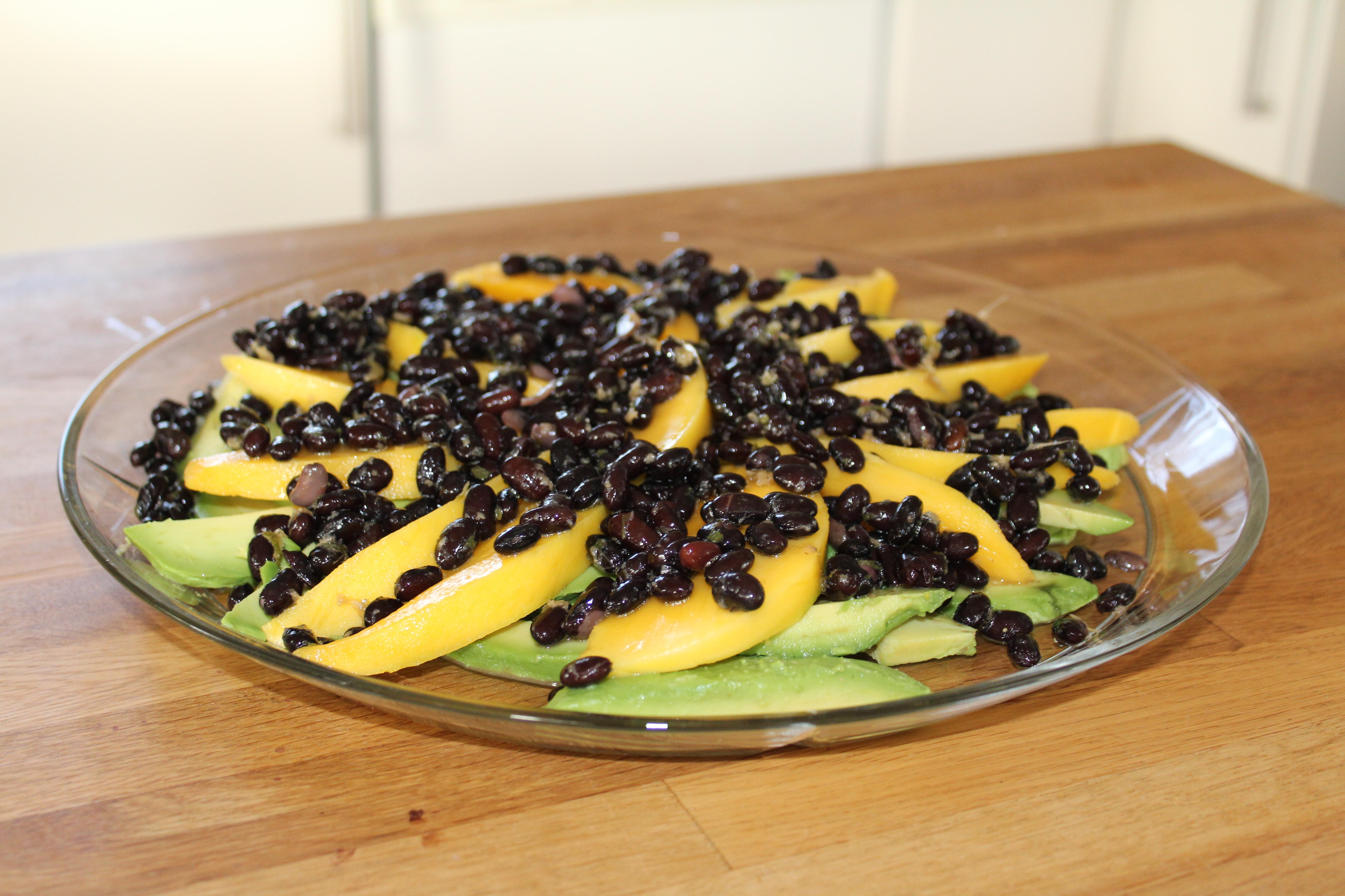 Avocado mangosalat med lime marinerede bønner