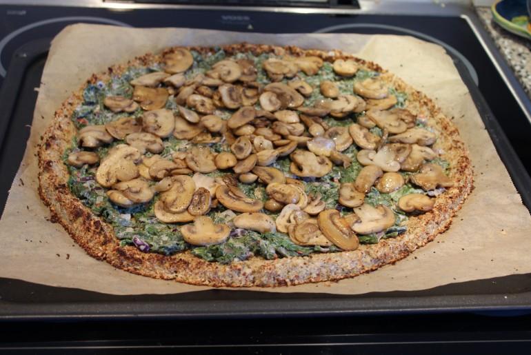 Blomkålspizza med spinat og champignon
