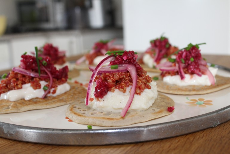 Blinis med quinoa-rogn og citron marinerede rødløg