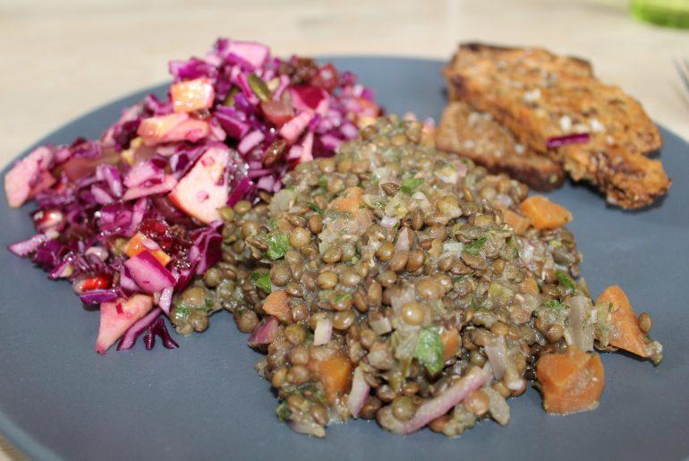 Varm linsesalat med rødkålssalat og ristet rugbrød