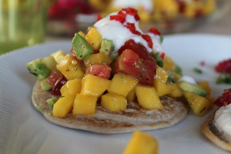 Blinis med mango-avocado-tomatsalsa