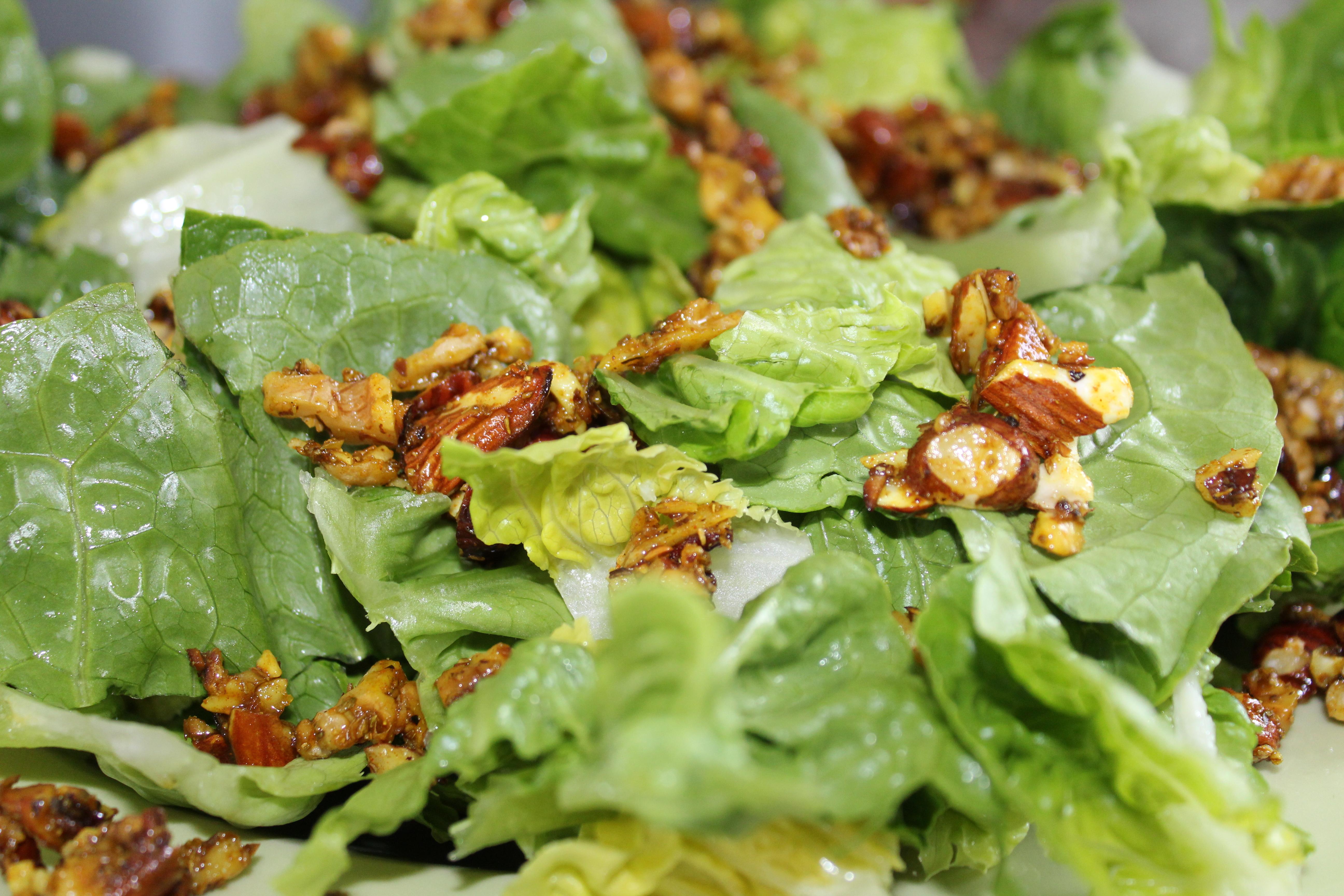 Salat med krydrede nødder