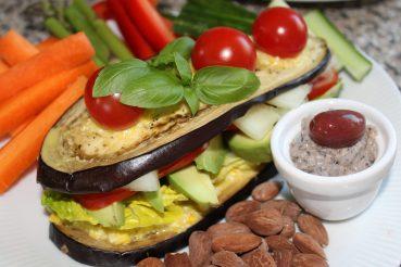 Aubergine-sandwich med tilbehør