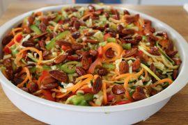Salat med squashnudler og glaserede mandler