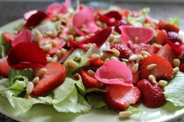 Icebergsalat med jordbær og hyldeblomst
