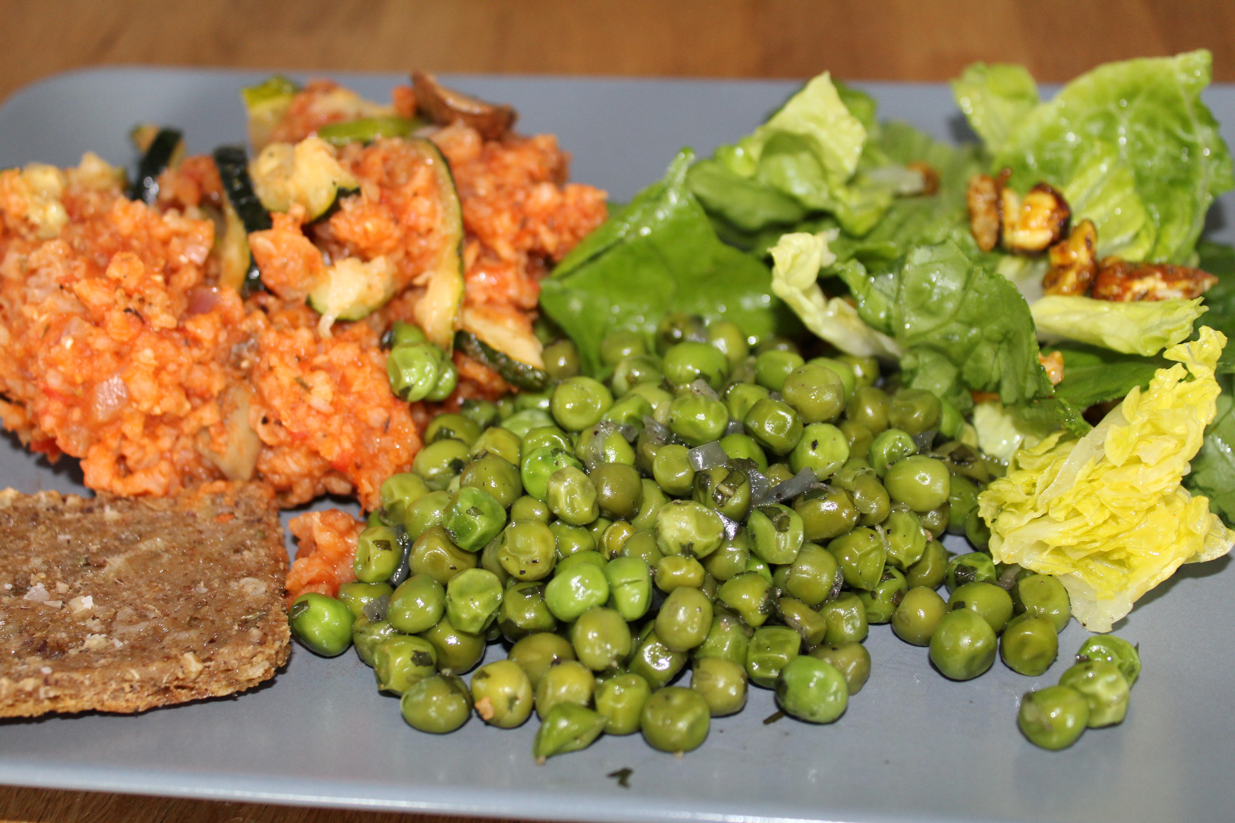 Kreolsk risret med mynteærter og grøn salat