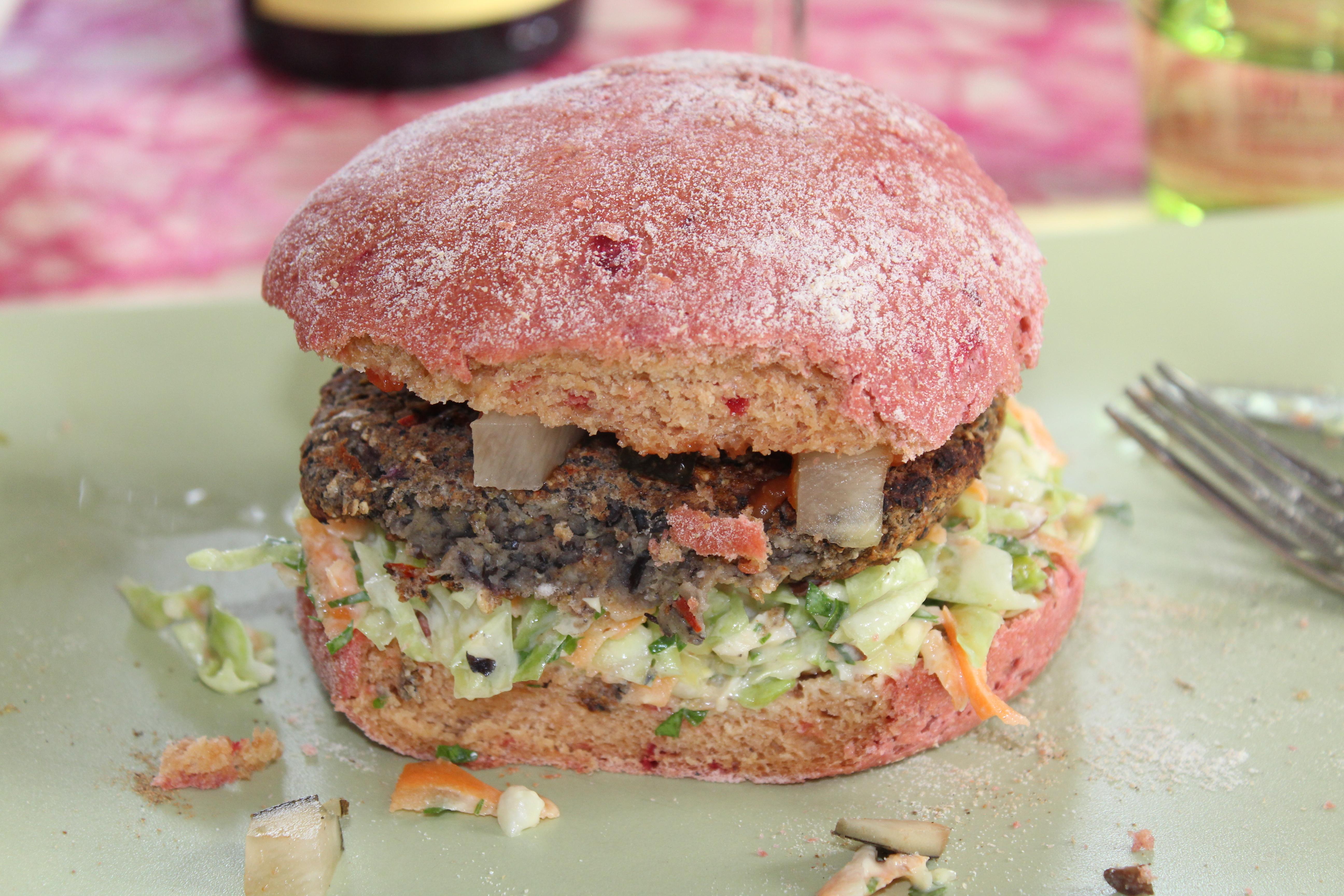 Rødbede burgerbolle med coleslaw og veggiebøf