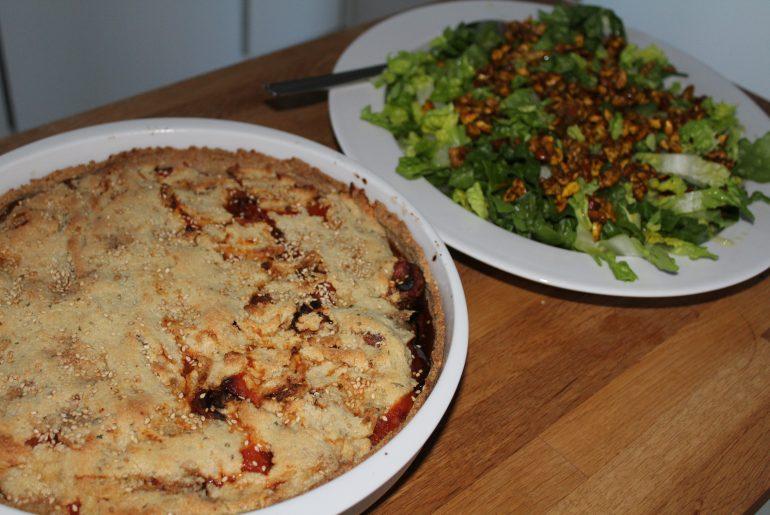 Auberginetærte og salat med krydrede nødder