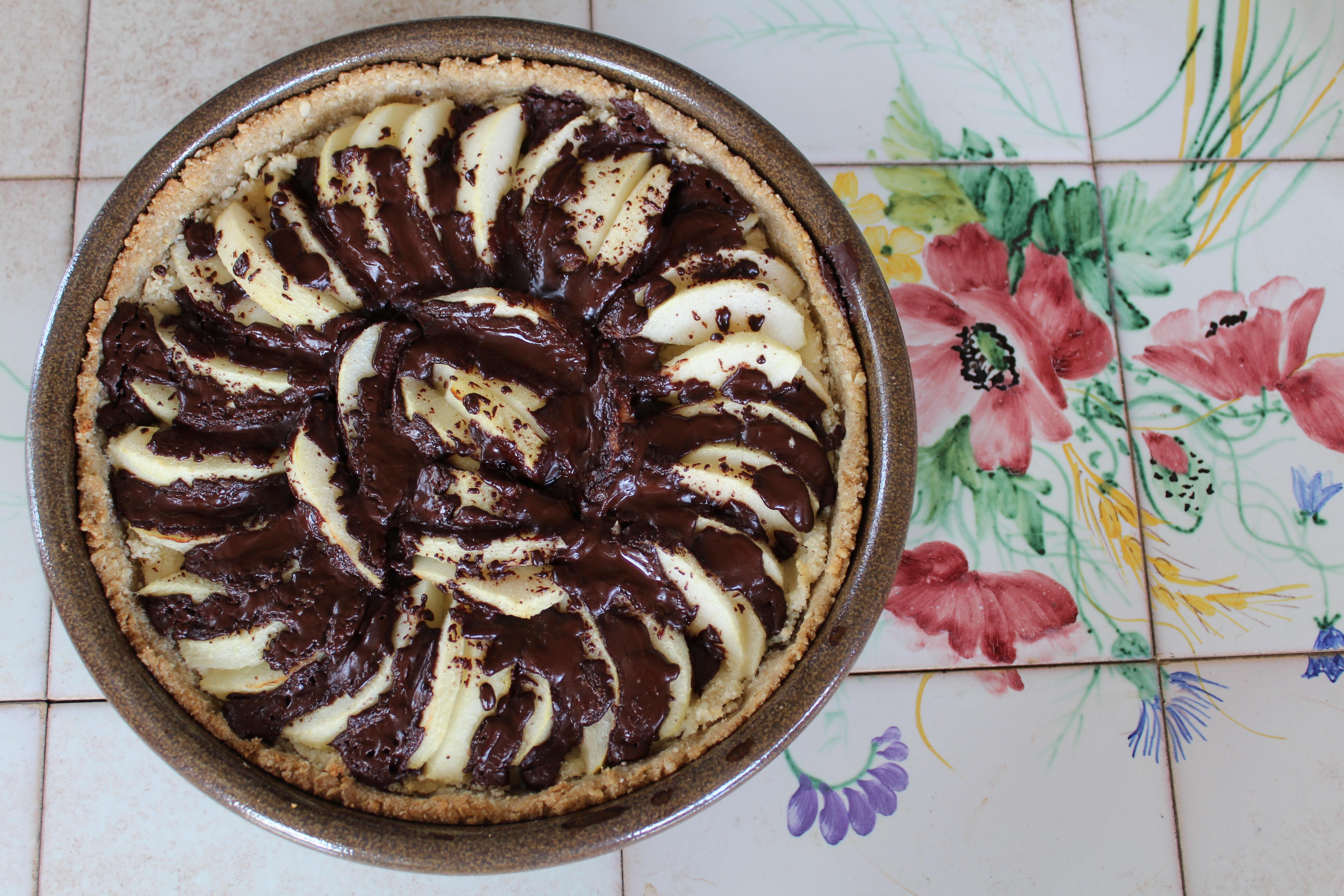 Vegansk pæretærte med marcipan og chokolade