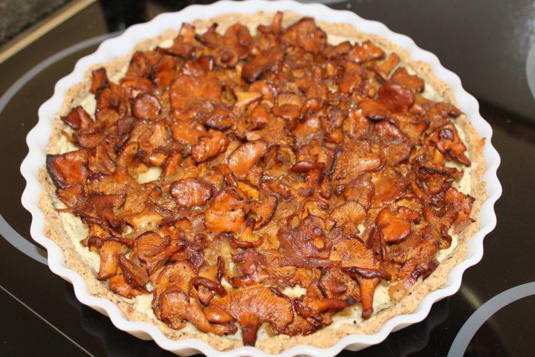Vegansk kantareltærte med cashewnøddecreme og persille