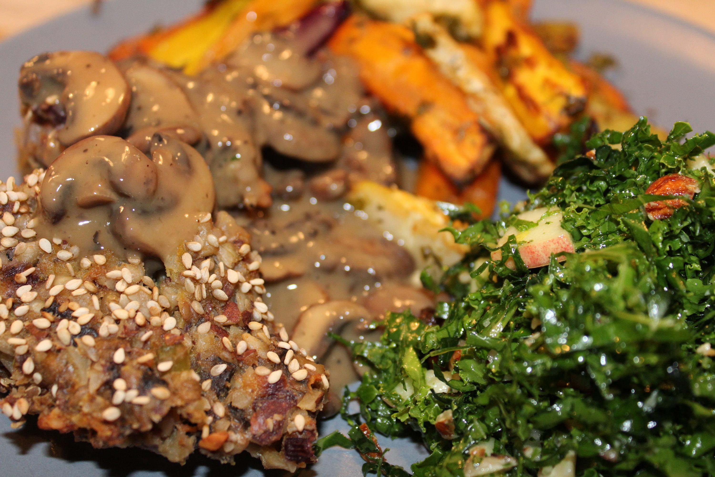 Mandelsteg med champignonsauce serveret med bagte rodfrugter og grønkålssalat