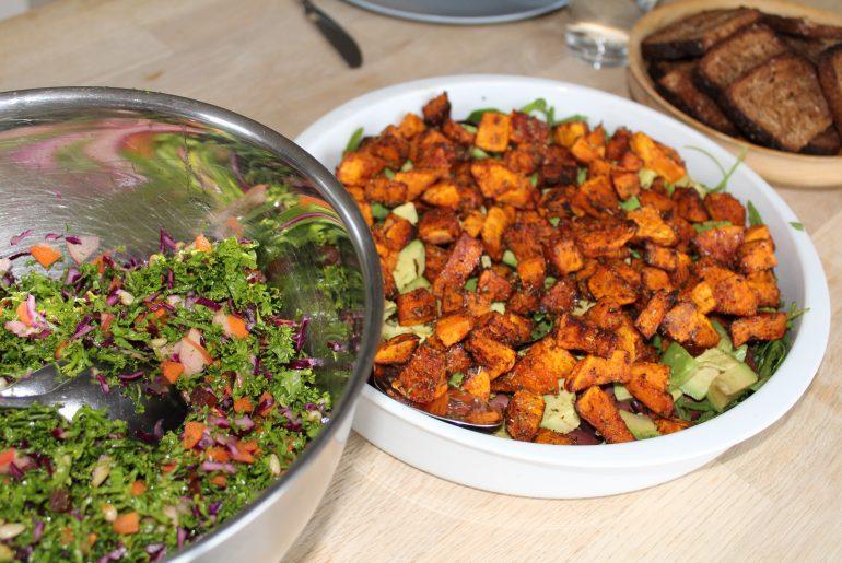 Salat med bagte butternutsquash og salat med grønkål
