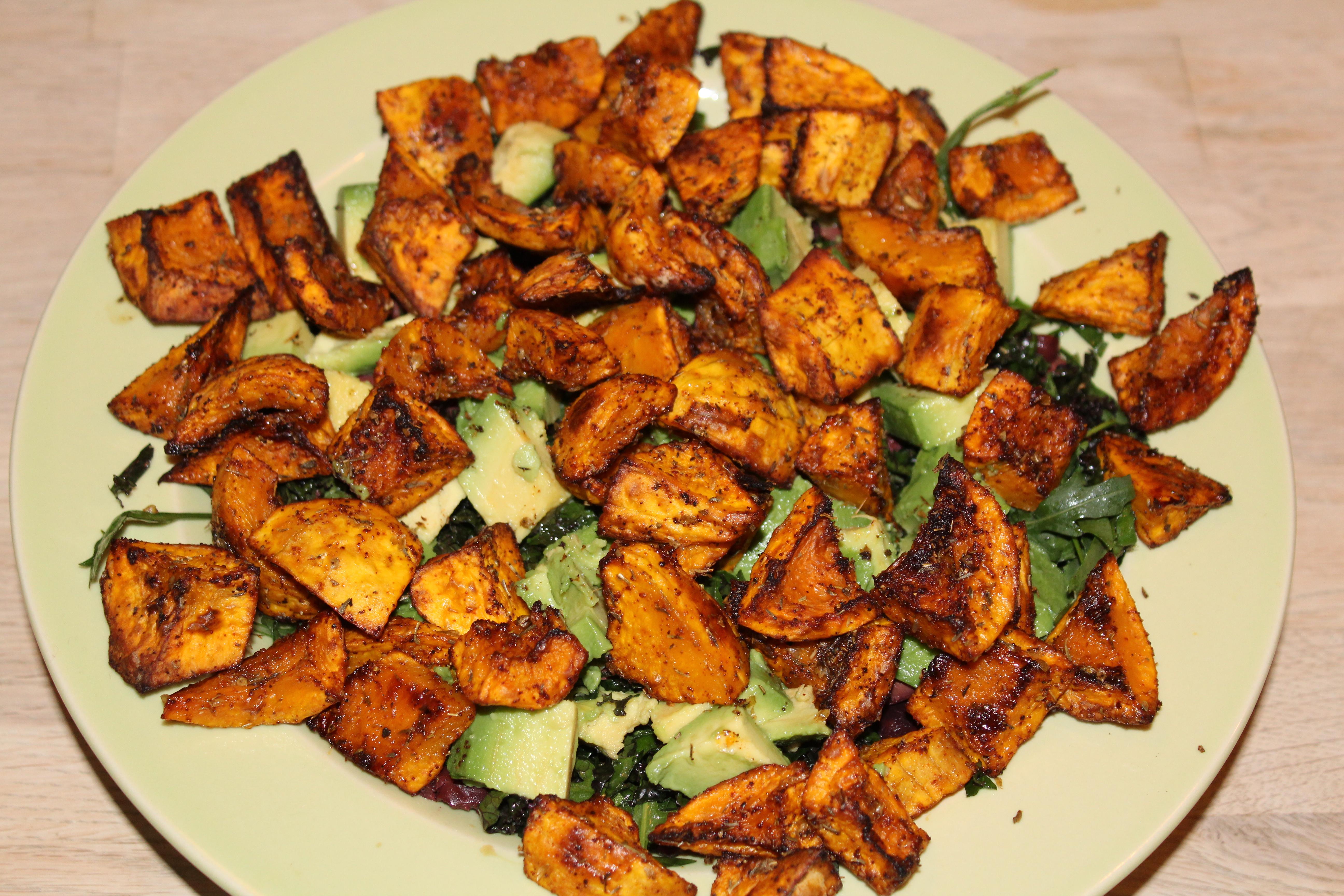 Salat med butternutsquash, avocado, oliven, rucola, grønkål og palmekål