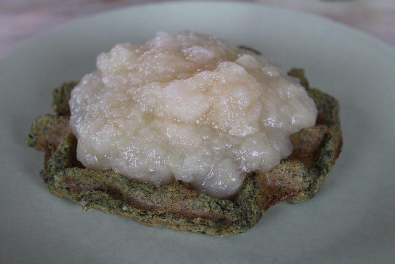 Spinatvaffel med æblegrød