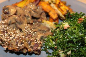 Grønkålssalat serveret til vegansk mandelsteg