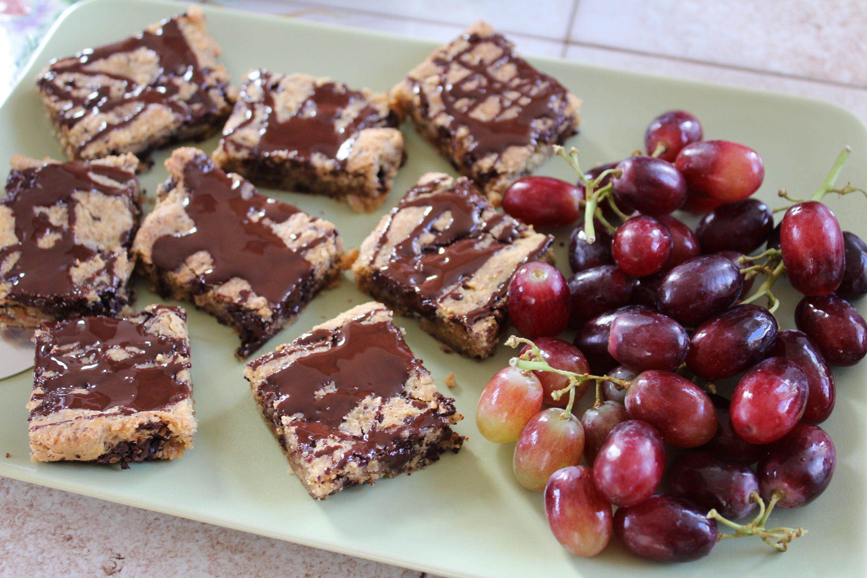 Chokoladeblondie med valnødder og røde vindruer
