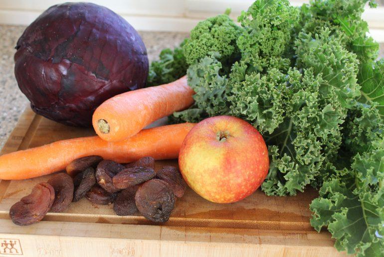 Ingredienser til grønkåls-rødkålssalat