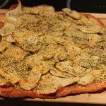 Julepizza med rødbedejsbund og jordkokker