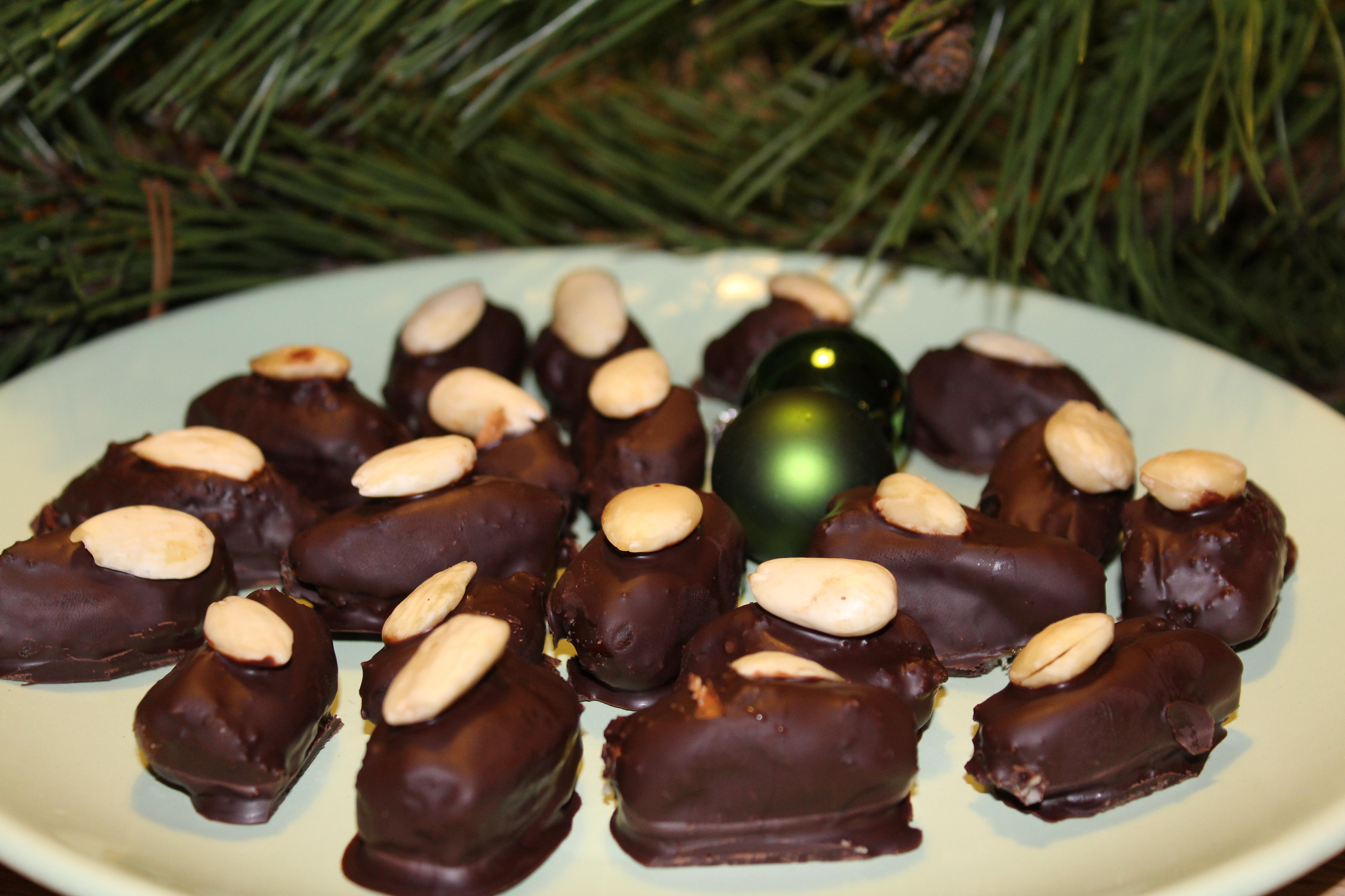 Dadler fyldt med chokolade og overtrukket med chokolade
