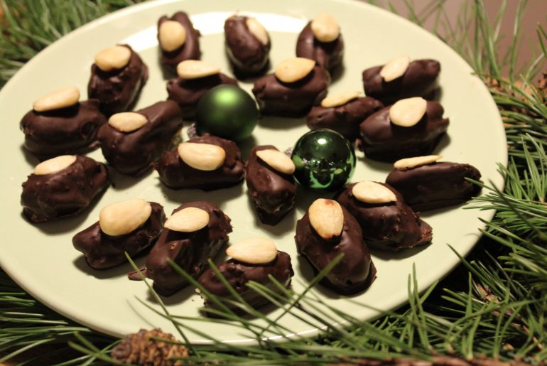 Dadler med marcipan og chokolade