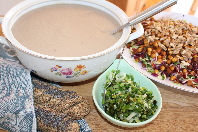 Jordskokkesuppe med porreknas, kikærtesalat og flutes