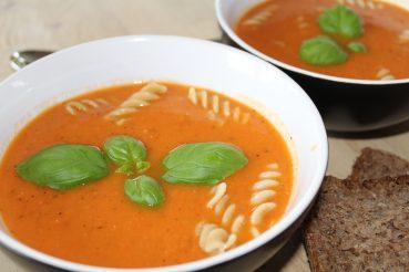 Tomatsuppe med hvide bønner og pasta