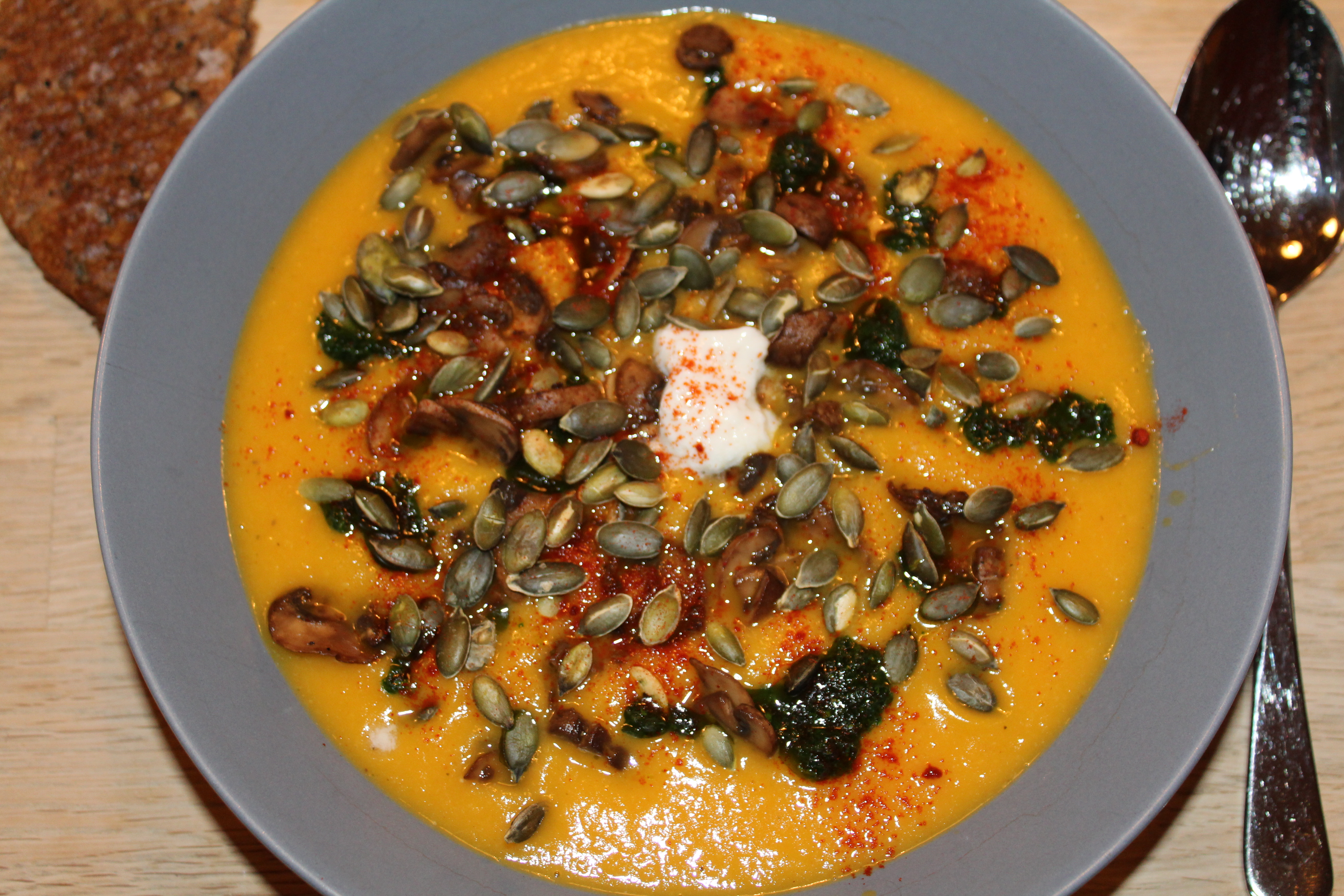 Vegansk gulerod-chili-suppe med umamidrys