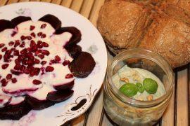 Rødbedesalat med peberodsdressing, friskbagt suppebrød og oliefri pesto