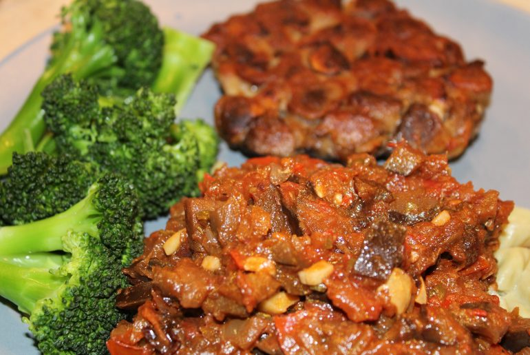 Aubergineratatouille med vegansk svampebøf, bønnepasta og dampet