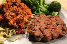 Aubergineratatouille med veganske svampebøffer, bønnepasta og dampet broccoli