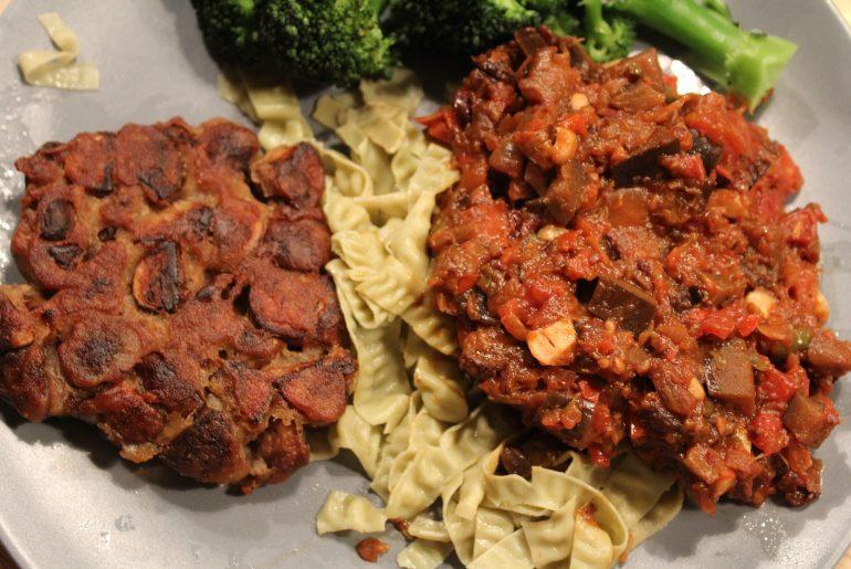 Aubergineratatouille med vegansk svampebøf, bønnepasta og dampet broccoli