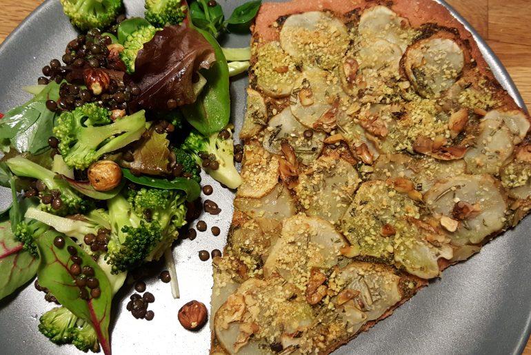 Lørdags aftensmad: Jordskokkepizza med broccoli-linsesalat
