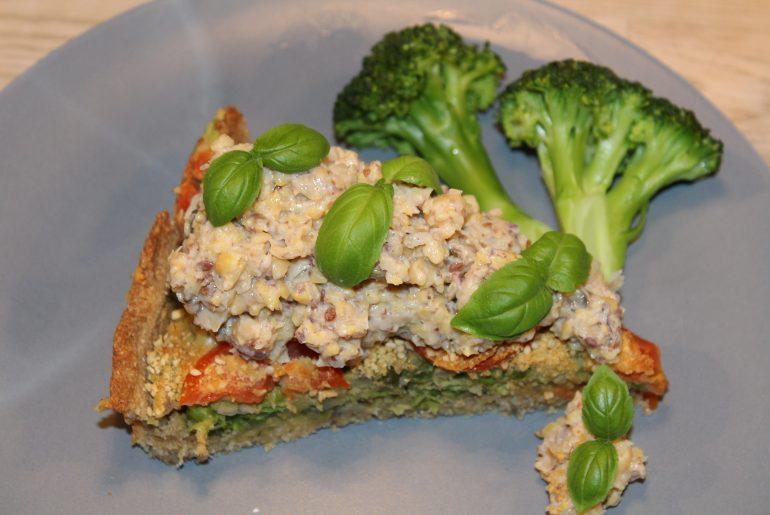 Vegansk ærtetærte toppet med vegansk tunsalat
