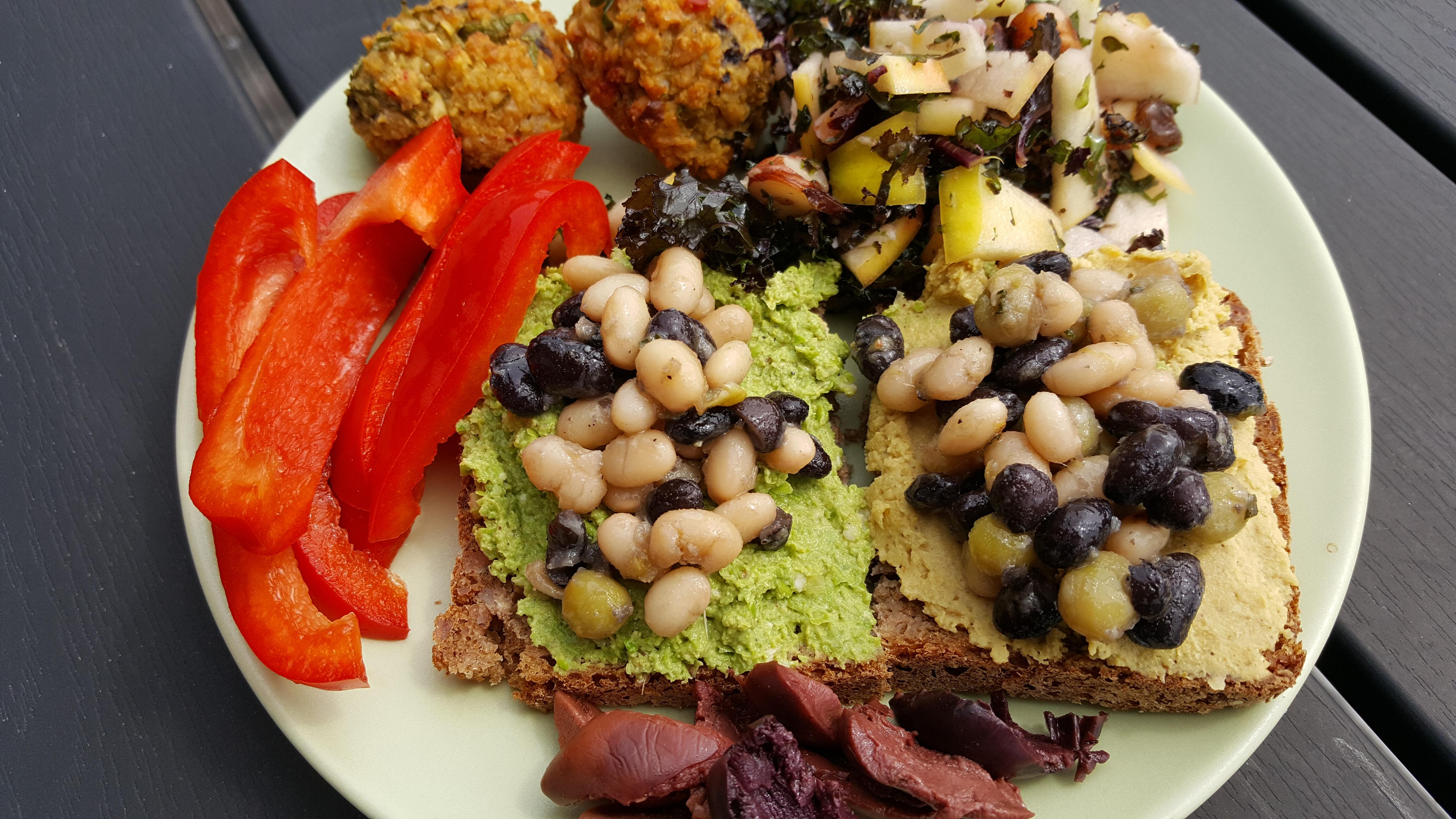 Vegansk frokost med tilskud af marinerede bønner