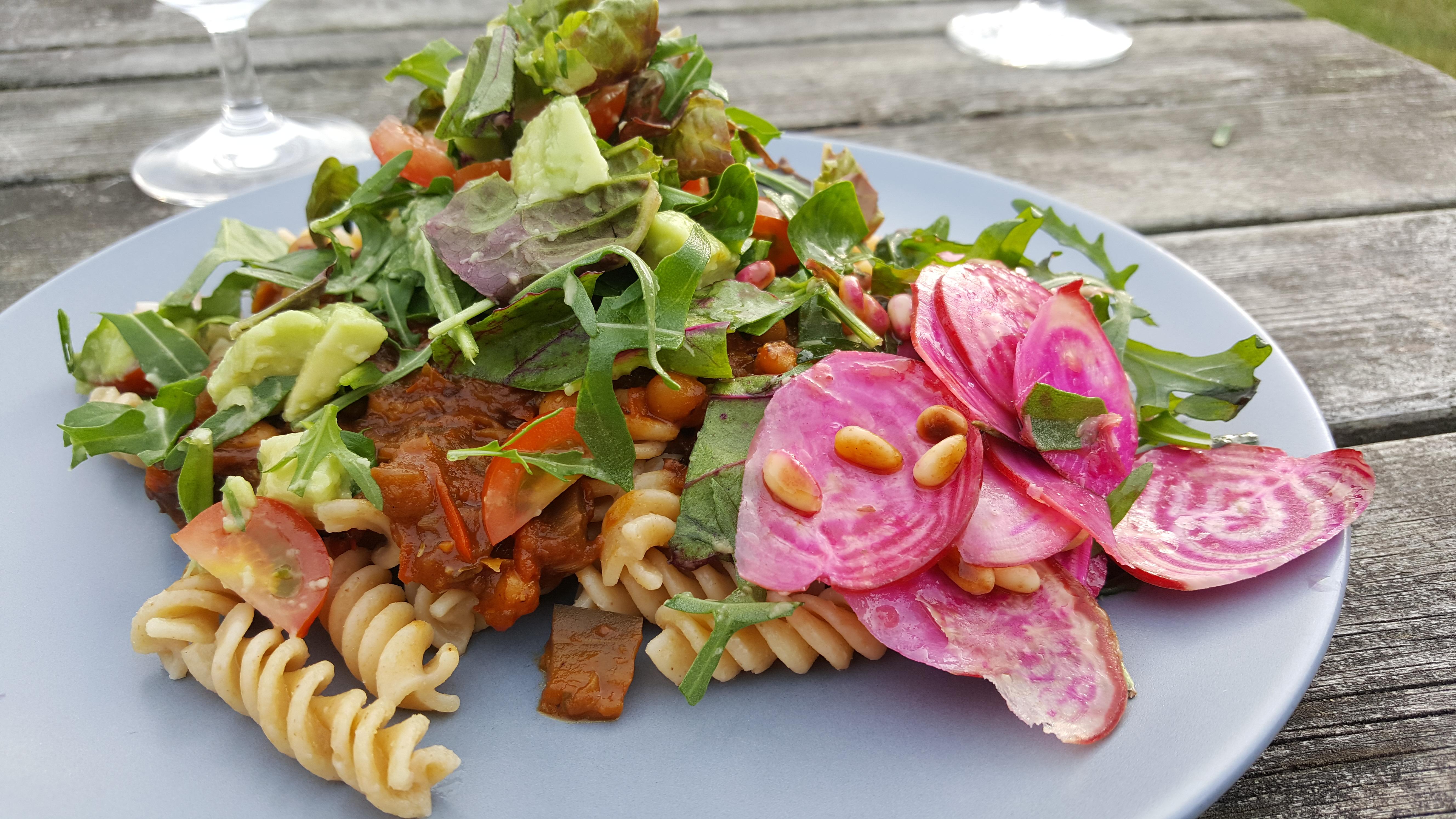 Aubergineratatouille med pasta og rucolatopping