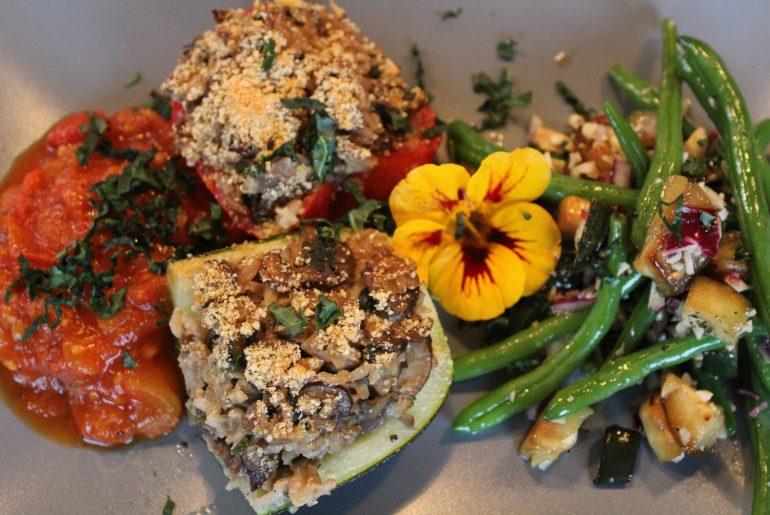 Vegansk farserede grøntsager med tomatsauce
