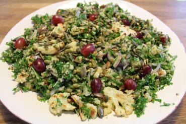Salat med ristet blomkål, grønkål og quinoa