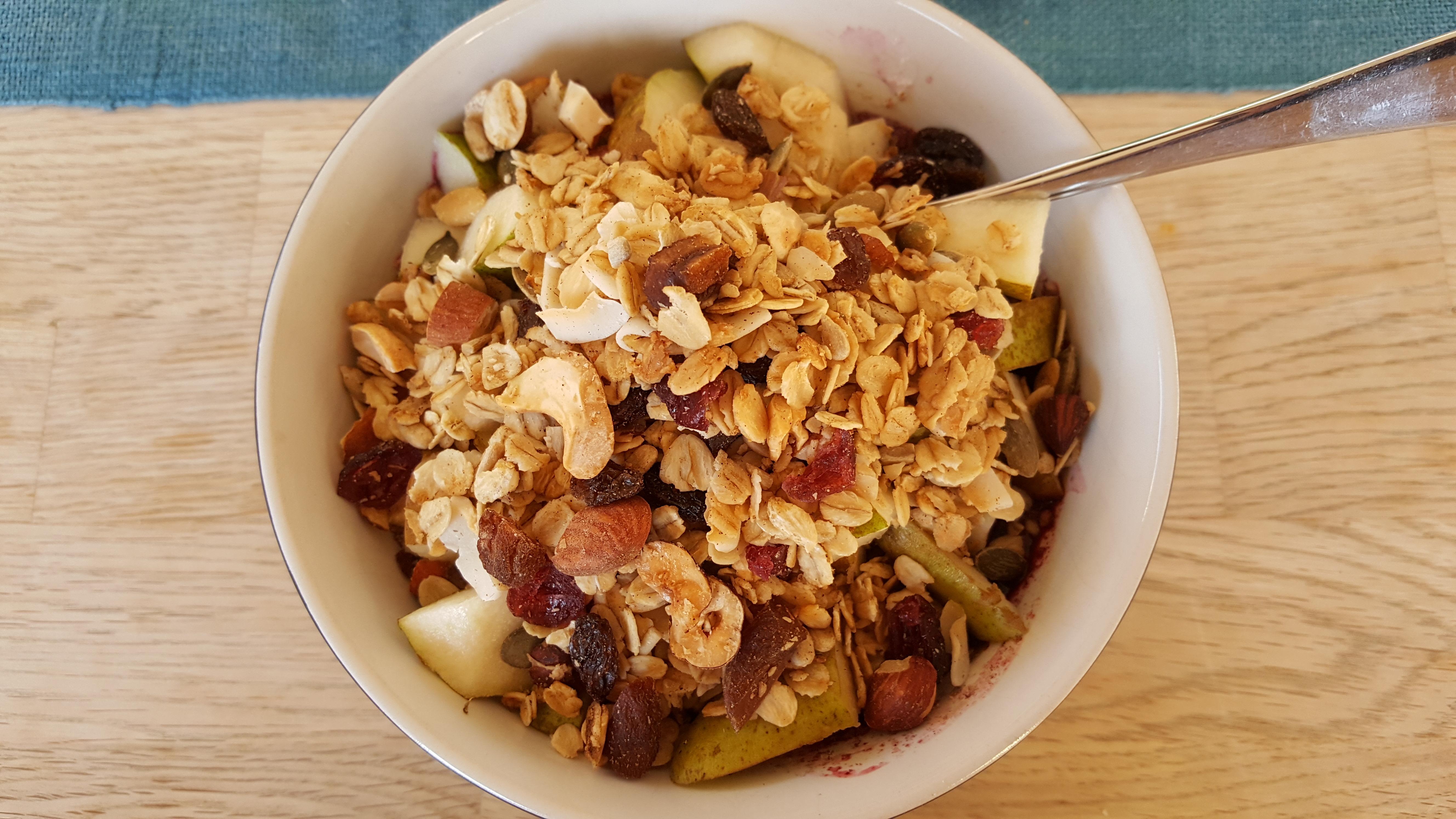 Yoghurt med bær, frugt og granola