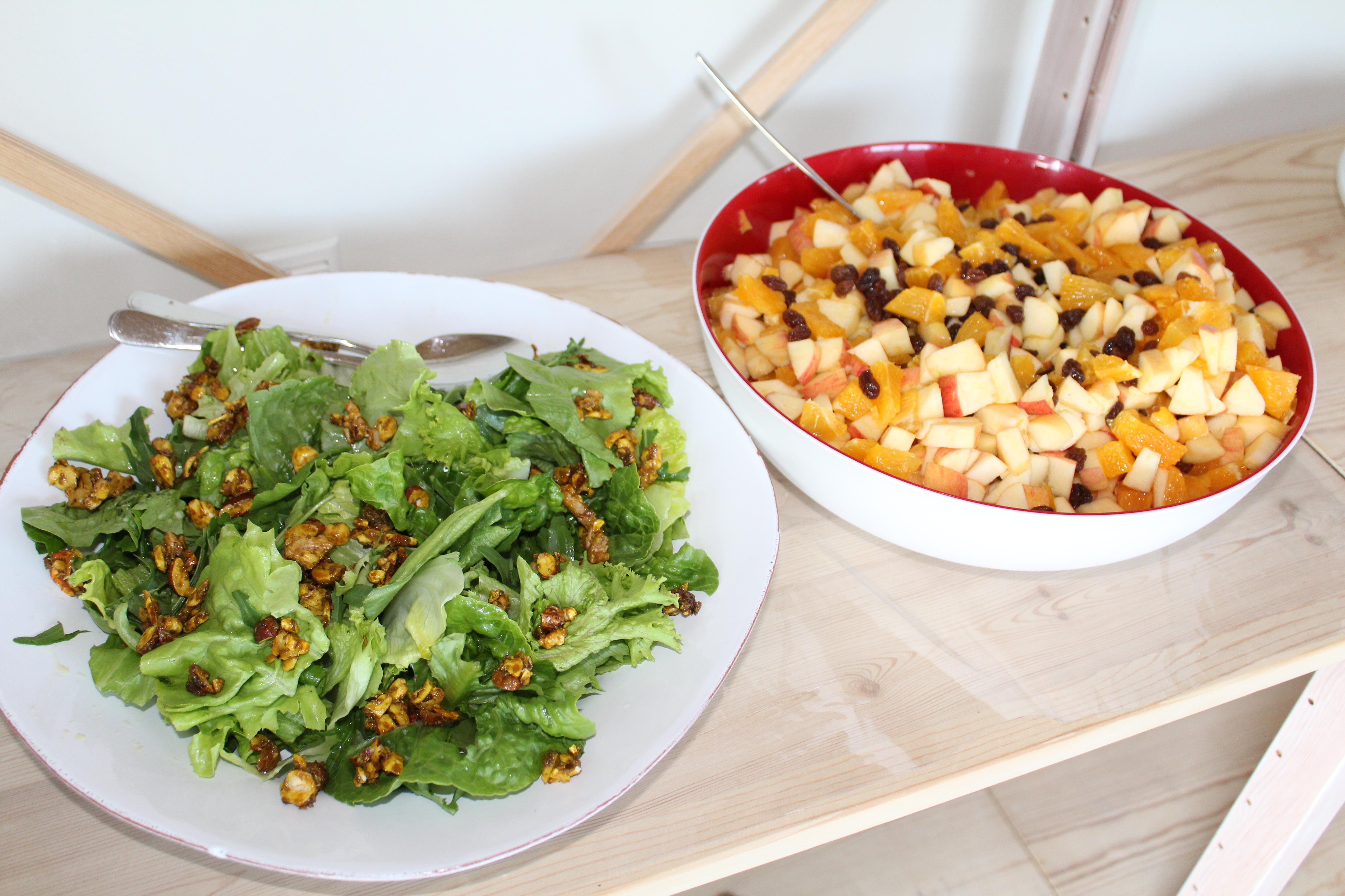 Grøn salat med krydrede nødder og salat med æbler og appelsiner til hovedret