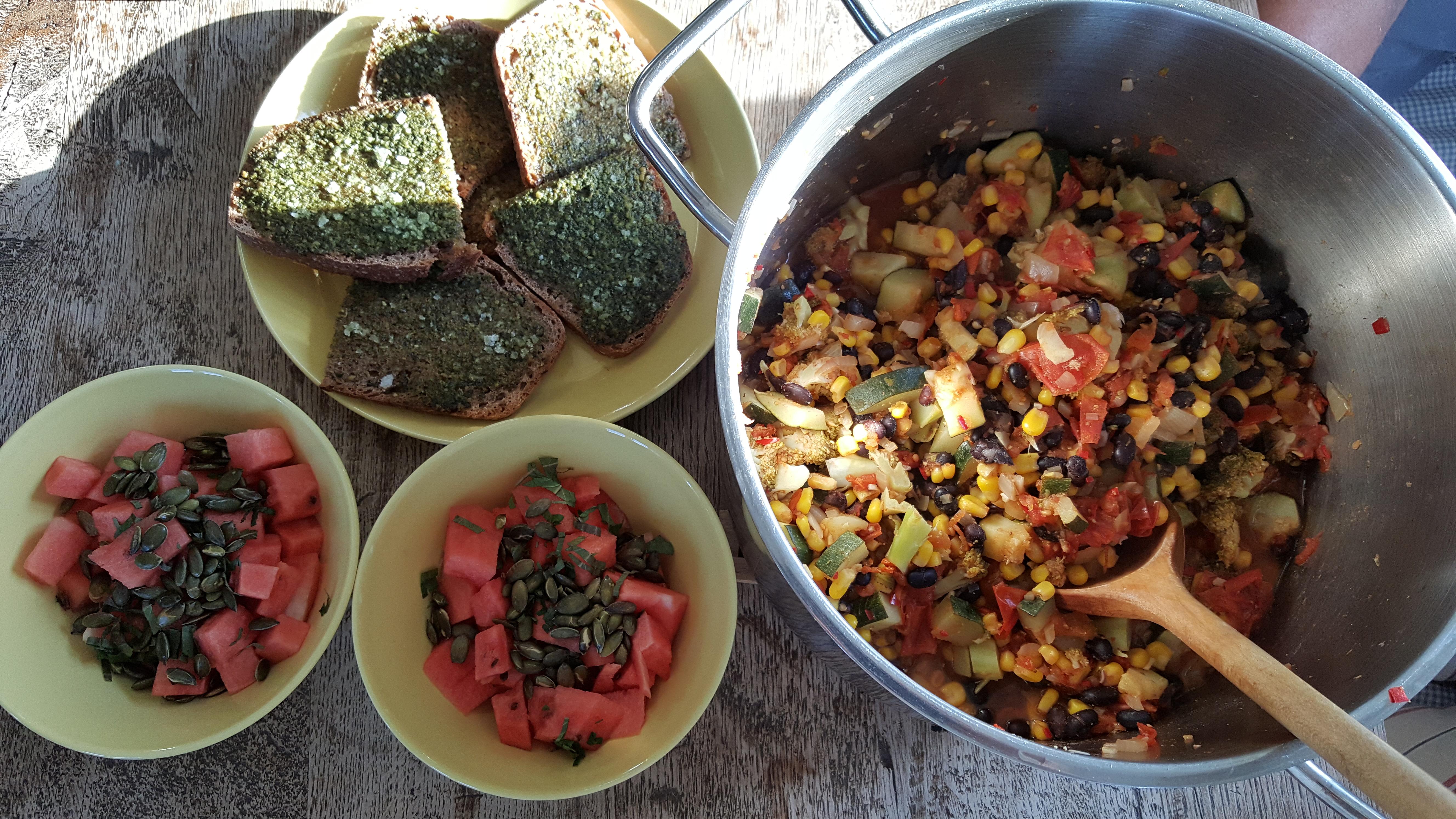 chili goji gryde med ovrristet brød med pesto og vandmelonsalat