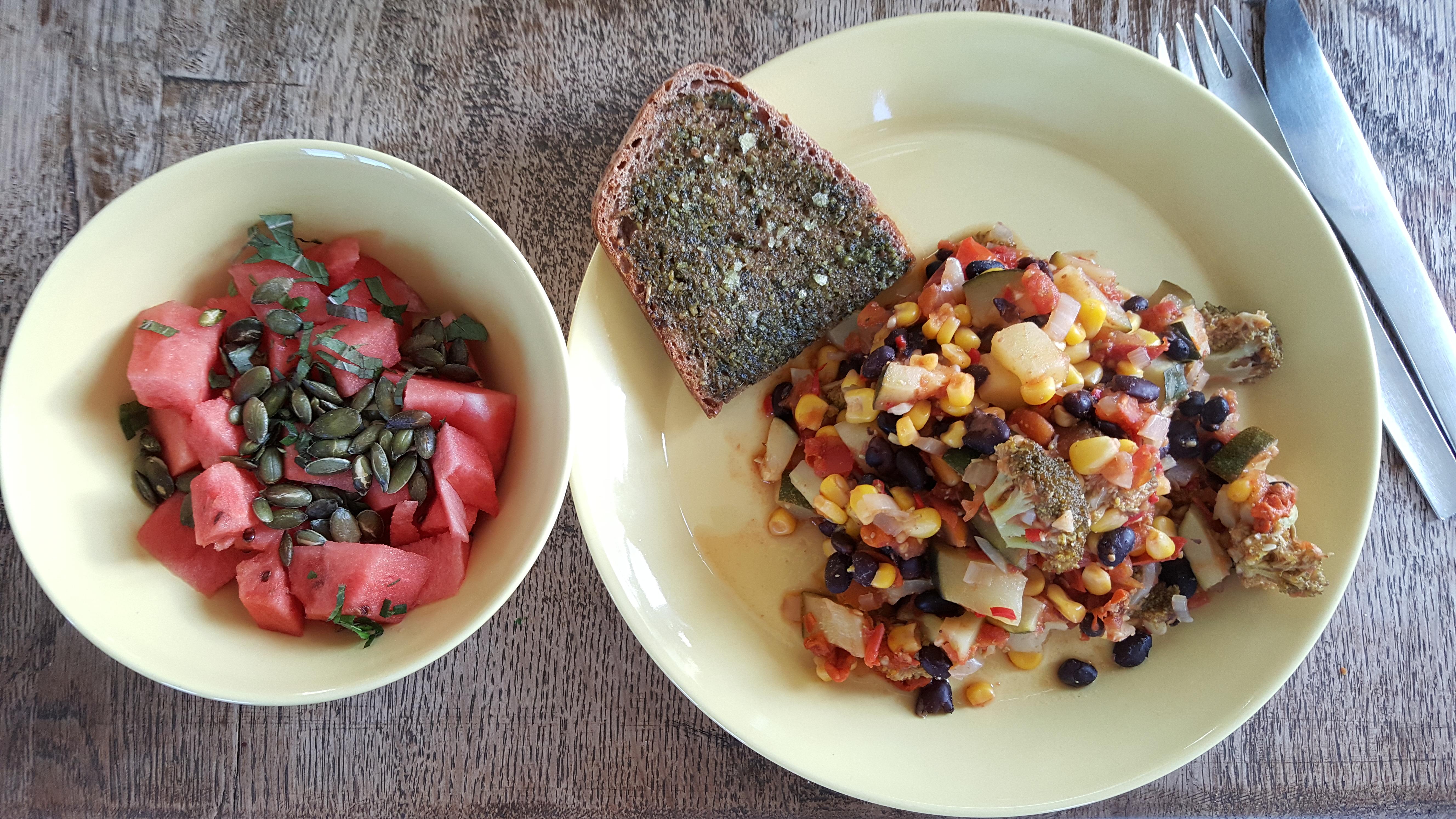 Chili goji gryde, ovnristet brød og vandmelonssalat