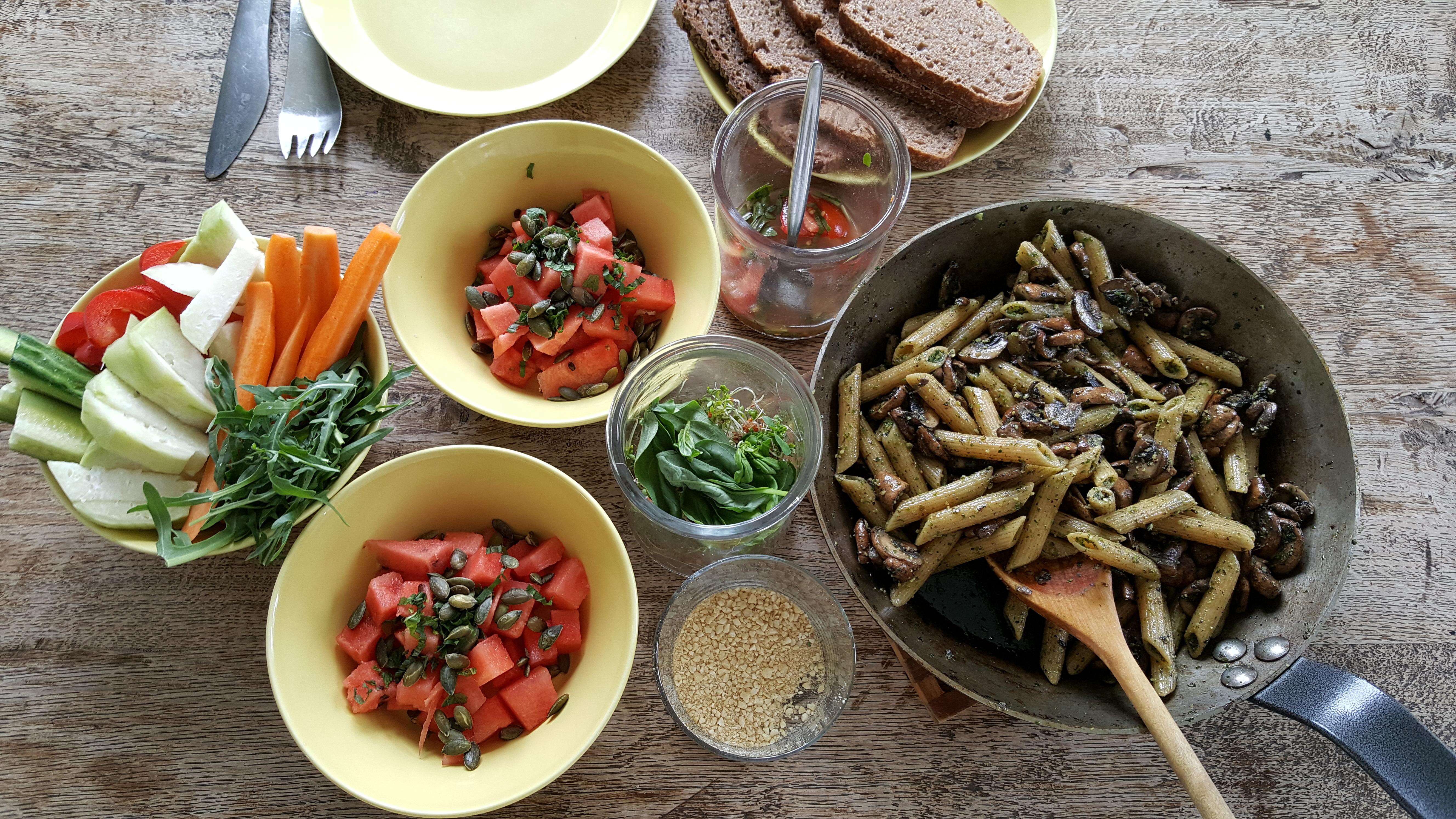 Frokost med svampe og pasta i pesto, vandmelonssalat og fingergrønt