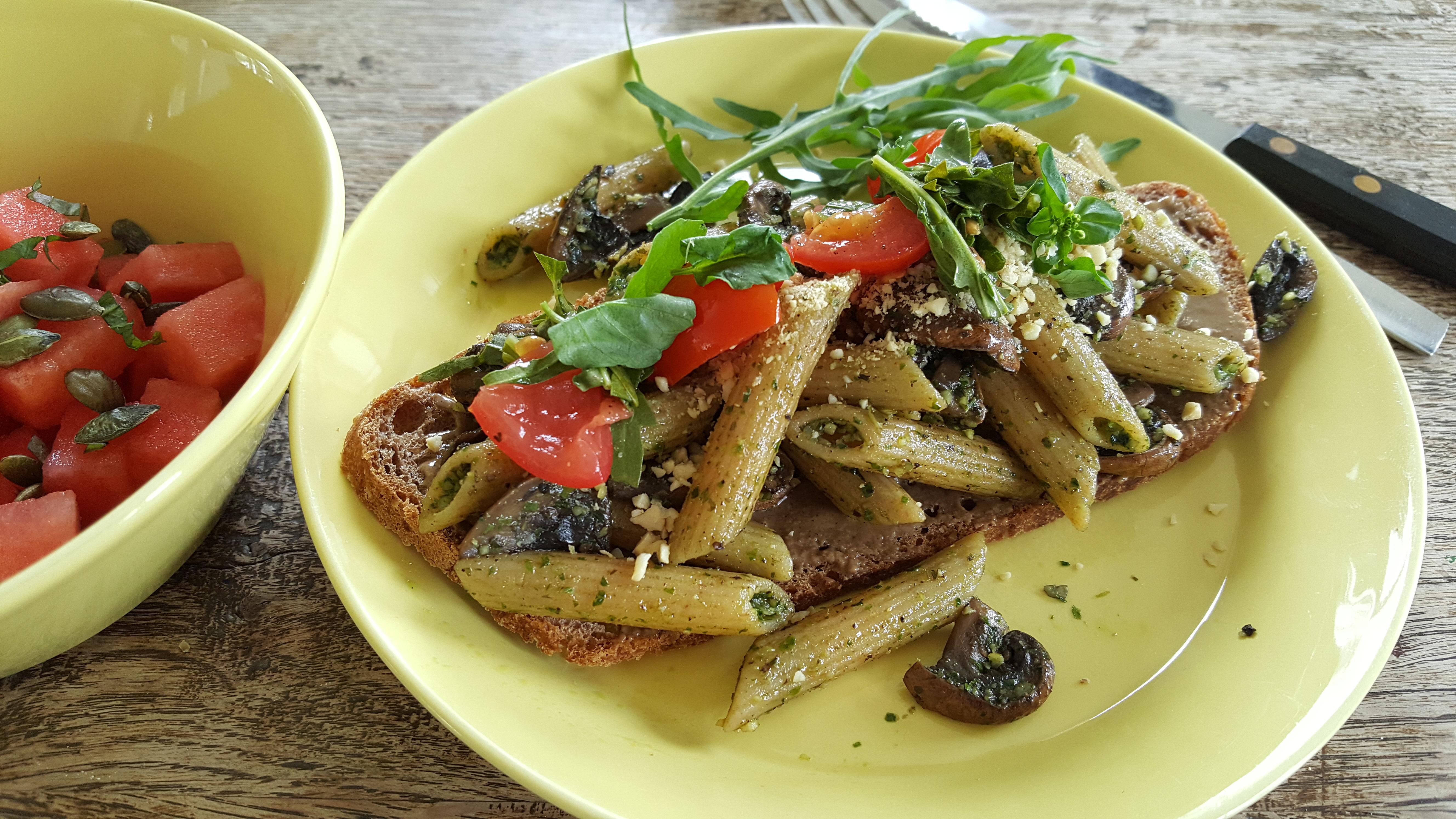 Speltbrød med tahin og svampe og pasta i pesto samt vandmelonsalat