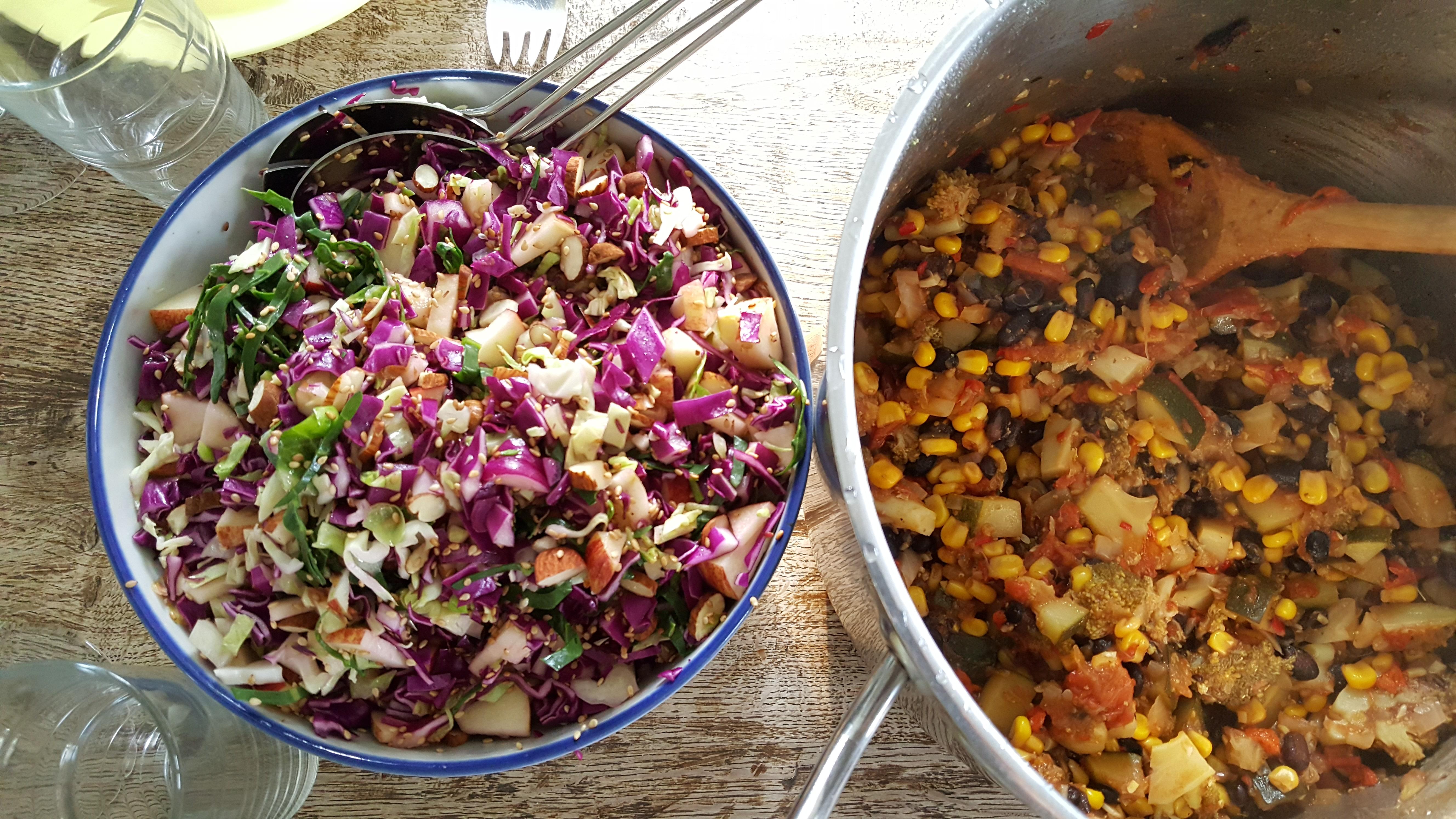 Spidskålssalat og reste-chili goji gryde
