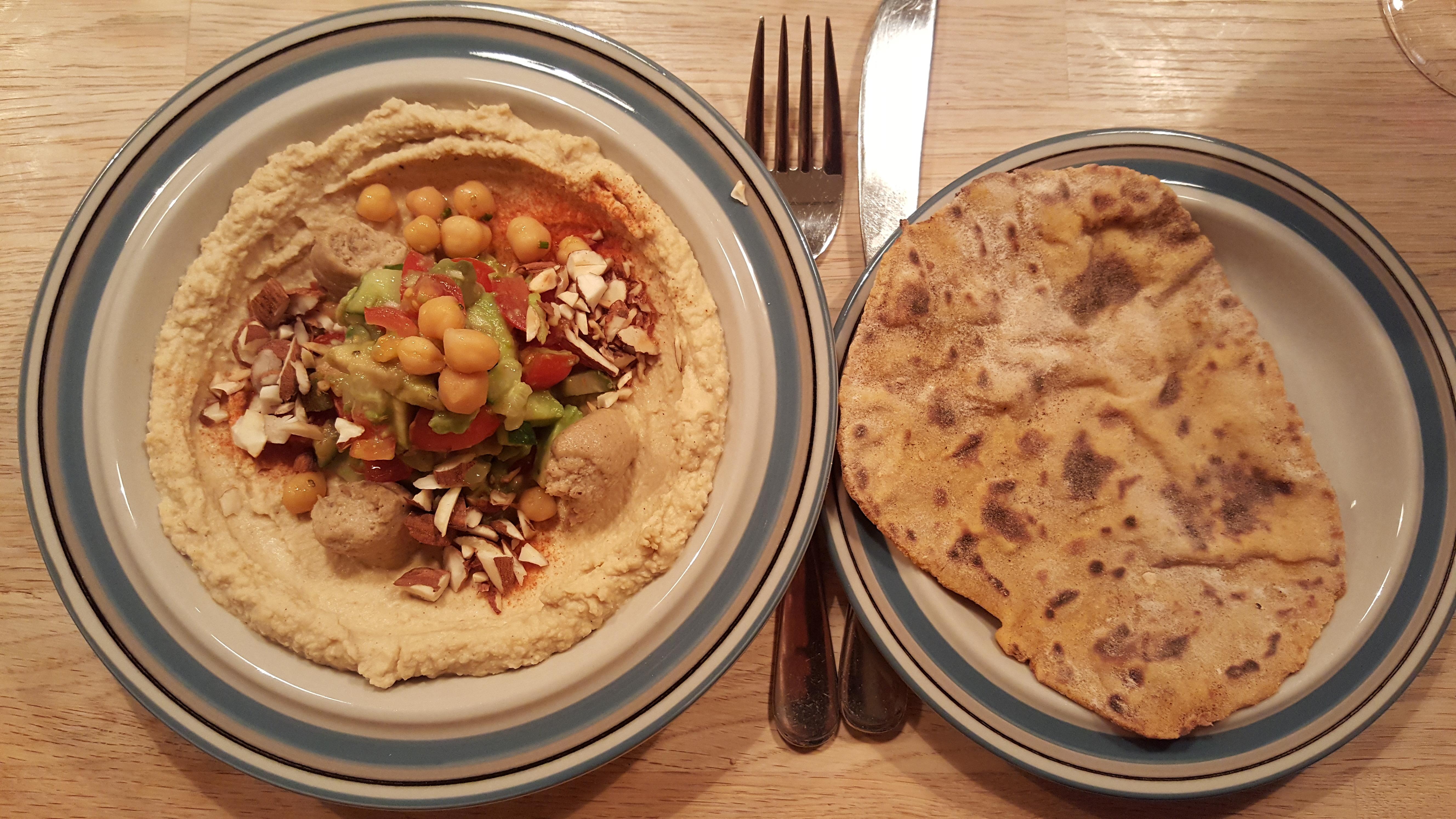 Hummustallerken med avocadosalsa og pandebrød
