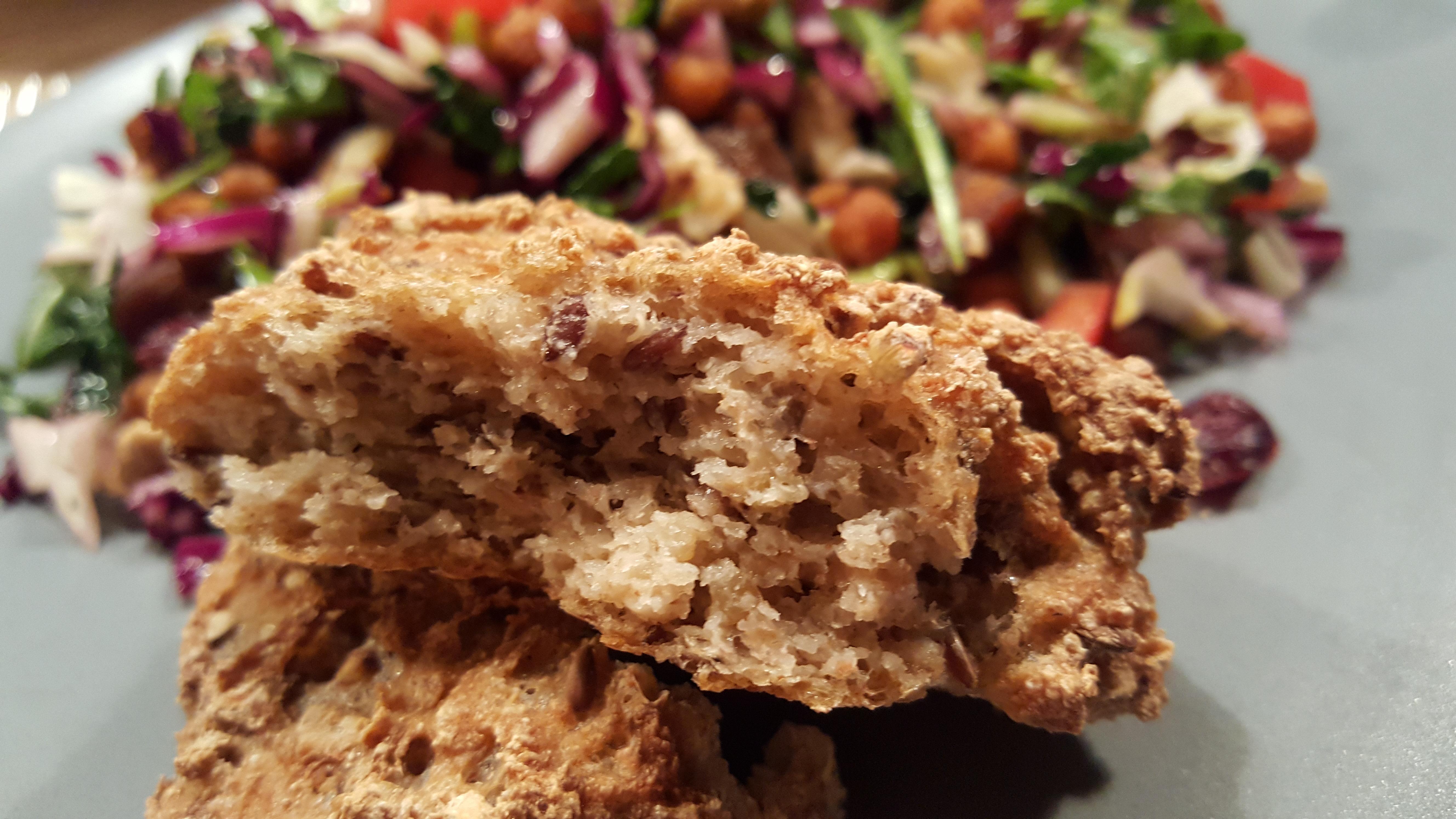 Sandwichbrød med frø og kerner som tilbehør til salat
