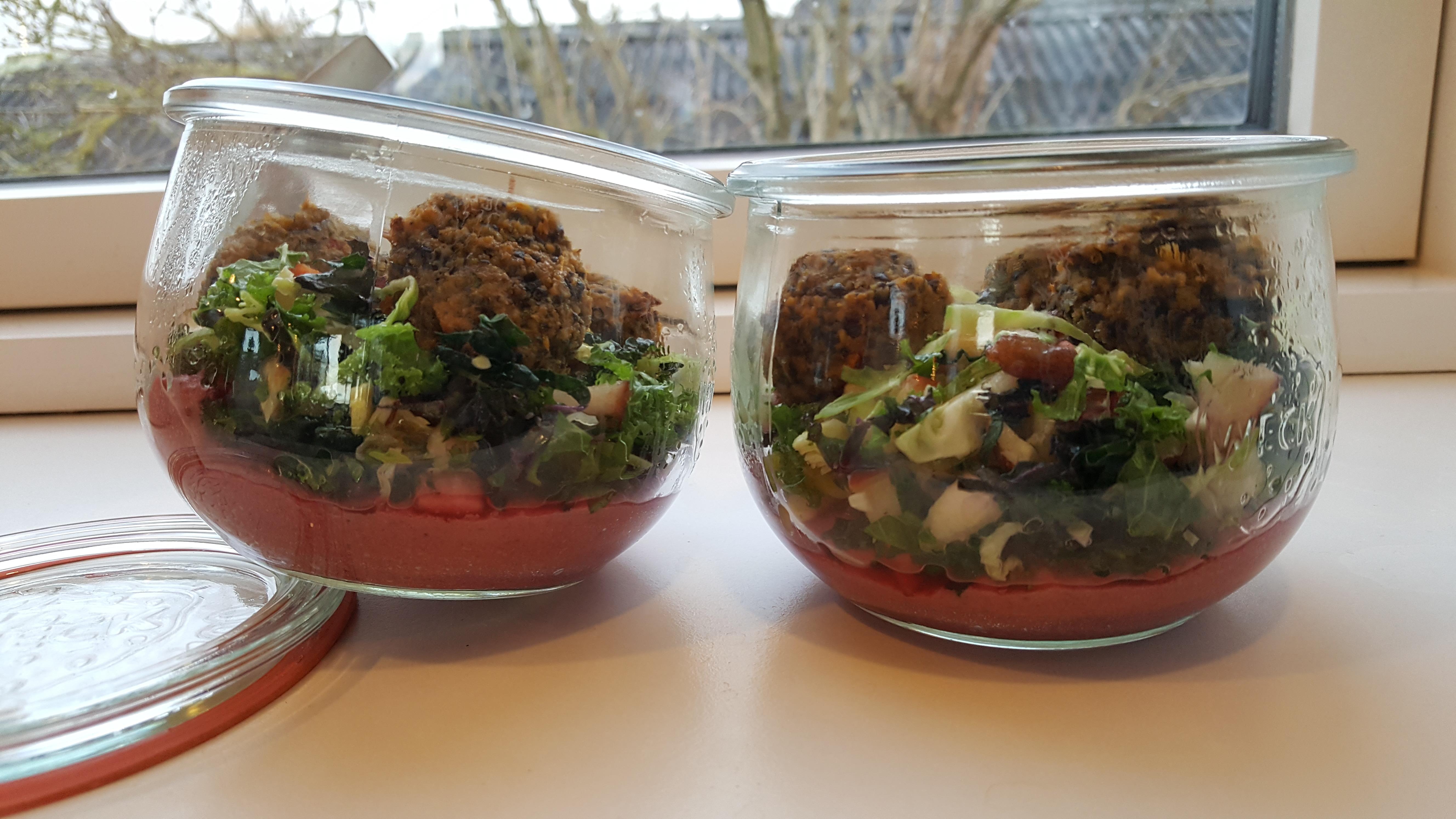 Salatglas med hummus, kålsalat og falafler