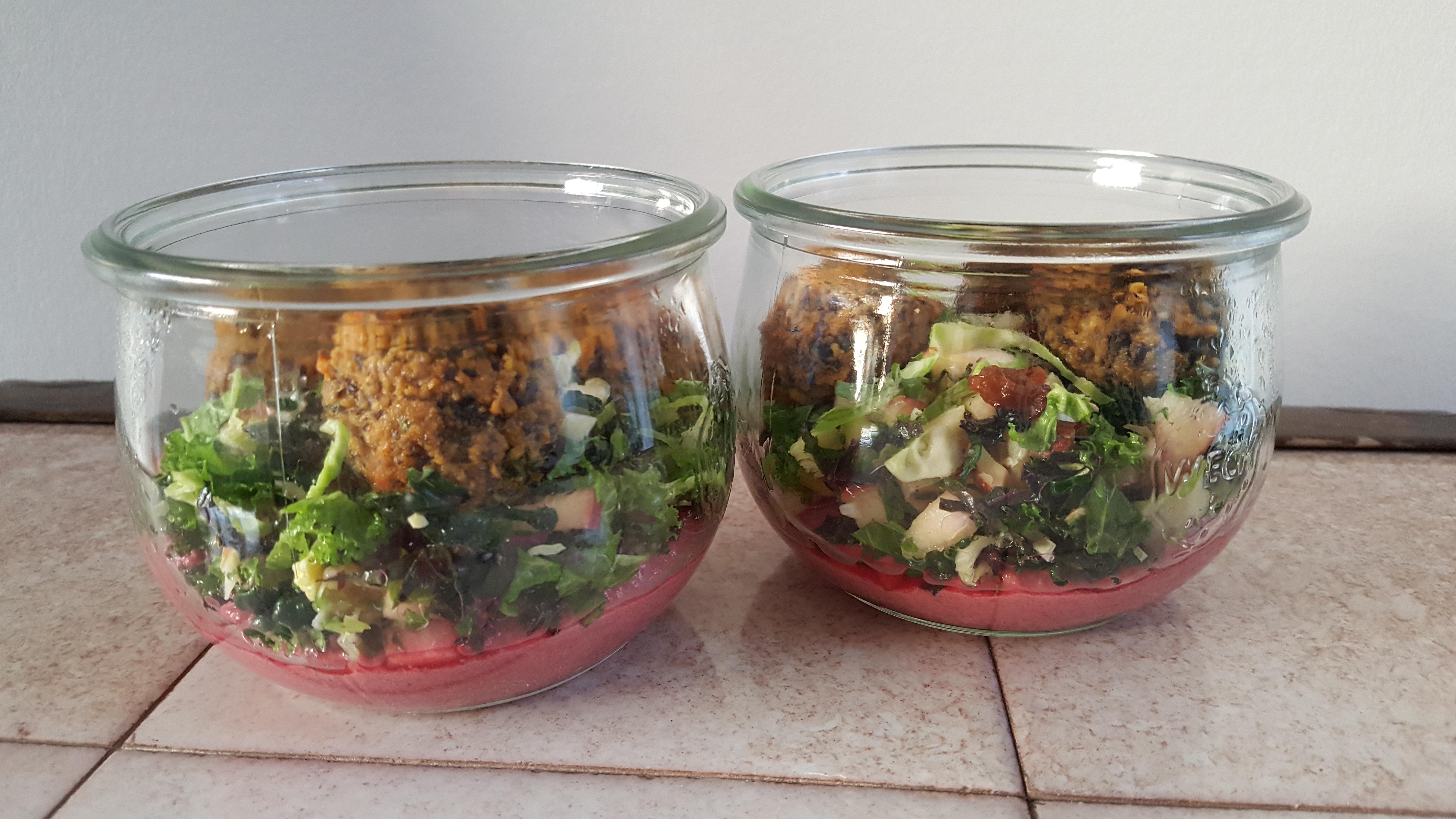 Salatglas med julehummus, grønkålssalat og falafler